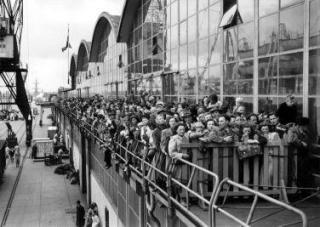 Emigranten naar Canada wachten in Rotterdam tot zij aan boord kunnen van de S.S. Volendam, 15 mei1951. (Nationaal Archief)