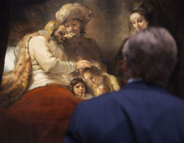Koning Willem-Alexander bekijkt het schilderij 'Jacob zegent de zonen van Jozef' (Foto Erik Smits - Rijksmuseum)