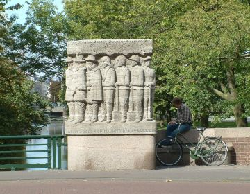 Monument op de Herenbrug in Den Haag - cc