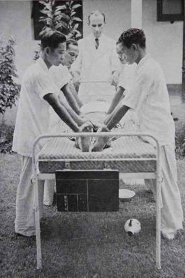 Van Wulfften Palthe demonstreert opstelling schoktherapie (Geneeskundig Tijdschrift voor Nederlands-Indië 1937)