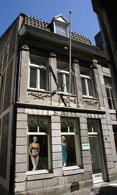 Bij een 'historisch' pand aan de Maastrichtse Stokstraat is het betonnen 'vakwerk' goed te zien. - cc
