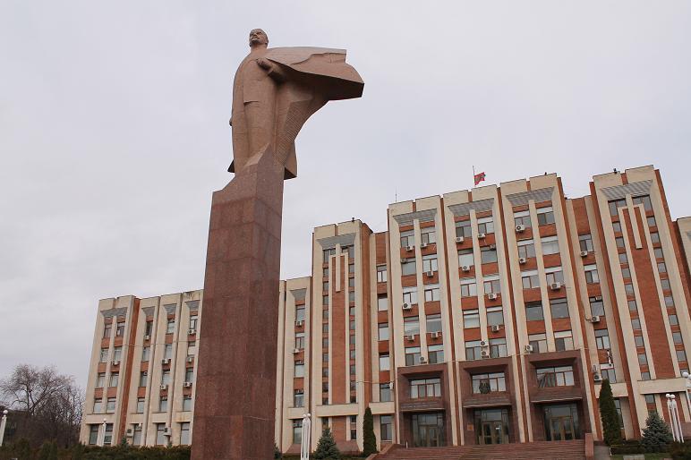 Het standbeeld van Lenin voor het Politburo van Transnistrië (Ill. Oncyclopedia.nl)