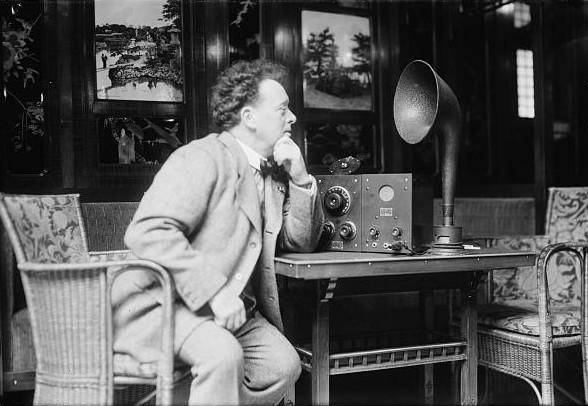 Willem Mengelberg luistert naar de radio (LOC)