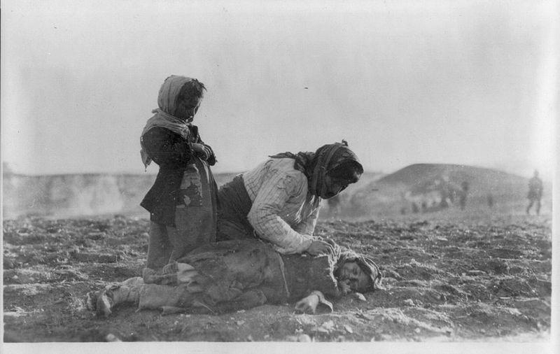 Een gedeporteerde Armeense moeder met haar dode kind in de woestijn nabij Aleppo, Ottomaanse Rijk - cc