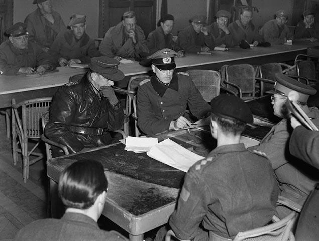 Wageningen, hotel 'De Wereld', 5 mei 1945: Reichelt (l.) en Blaskowitz. Op de rug gezien kapitein Molnar (tolk) en Foulkes.