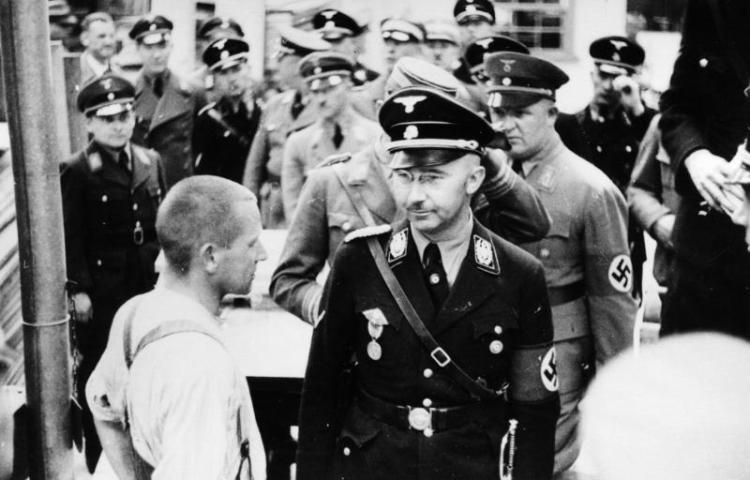 Heinrich Himmler tijdens een bezoek aanb Dachau, 1936 (Bundesarchiv - cc)