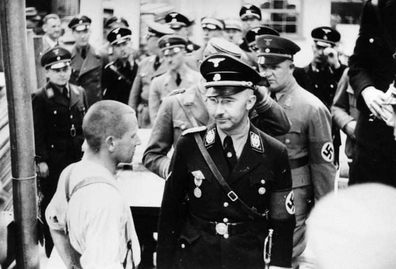 Heinrich Himmler tijdens een bezoek aan Dachau, 1936 (Bundesarchiv - cc)