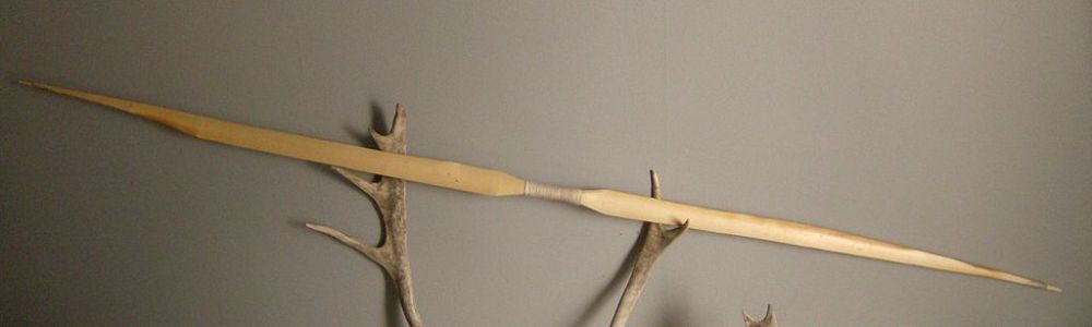 Replica van de oudste intact gevonden boog, de 9000 jaar oude 154 centimeter lange Holmegaard boog uit Denemarken (foto: wiki, upload van Martin Fields)