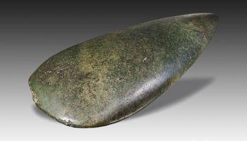 Neolithische bijl 11.000-5300 jaar oud. Foto: wiki-collectie Alexandre Stuer&Alexis Damour, upload van Didier Descouens