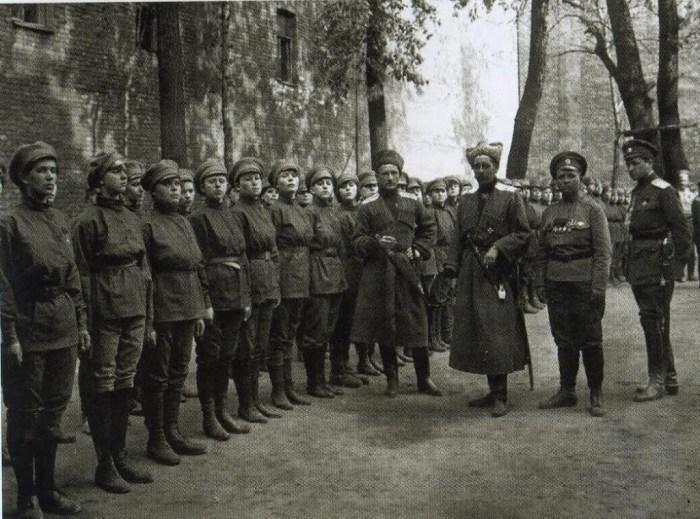 Maria Bochkareva (2e van rechts) en het Vrouwenbataljon des Doods. Bron: spotlights.fold3.com