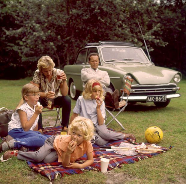 Gezin picknickt naast hun Dafje (personenauto). Vader en moeder (ouders)op een vouwstoeltje, de kinderen op een geruite plaid. Nederland, jaren '60. (Vrnl Spaarnestad fotolaborant Bert Stuifbergen, dochter Ronnie, dochter Monique, vrouw Truus en buurmeisje Marjan)