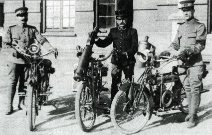 Met een mitrailleur op een fiets