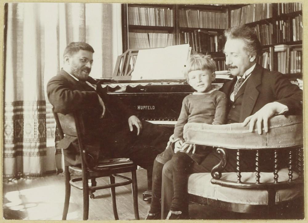 Paul Ehrenfest en Albert Einstein met zoontje Paul Ehrenfest op schoot, juni 1920. (Museum Boerhaave)
