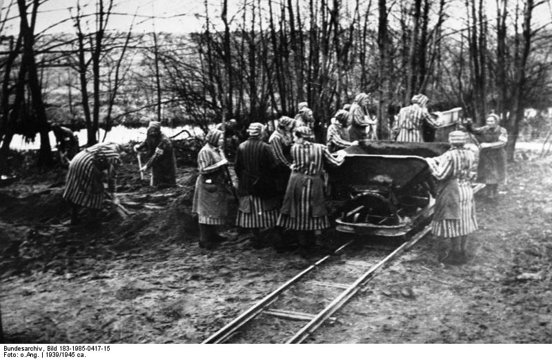 Vrouwen aan het werk bij Ravensbrück (cc - Bundesarchiv)