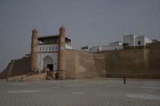 """De poort naar de citadel van Buchara. Het orkest van de emir speelde """"God Save The Queen"""" vanuit de loggia."""