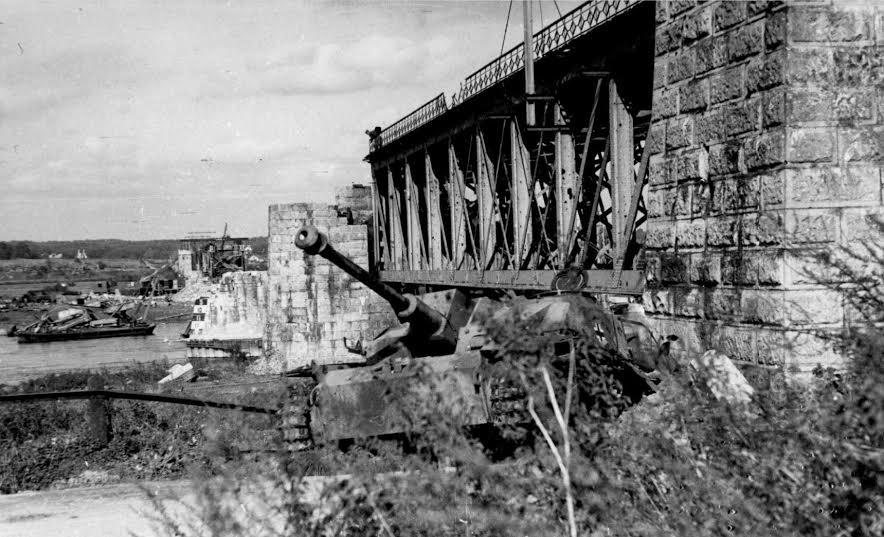 Driel. Opgeblazen spoorbrug. 1944