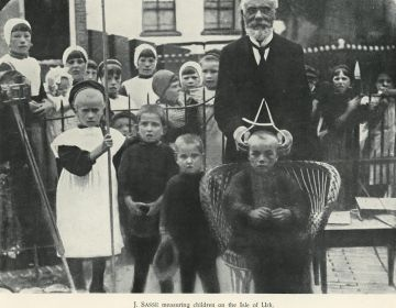 Johan Sasse meet op Urk kinderen op. - Illustratie uit: A.J. van Bork-Feltkamp, Anthropological Research in the Netherlands. Historical Survey at the Request of the Committee for the Physical-Anthropological Investigation of the Dutch Population of the Koninklijke Nederlandsche Akademie van Wetenschappen (Amsterdam 1938).