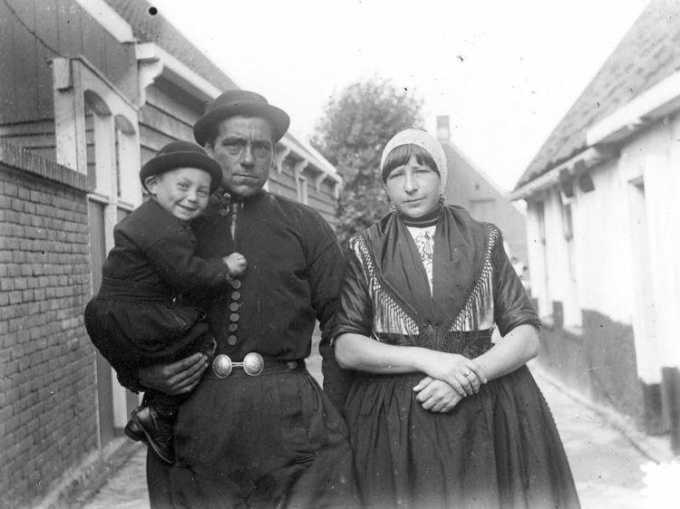Johan Sasse maakte tijdens zijn verblijf op Urk diverse foto's van de lokale bevolking, zoals Tiemen Hakvoort en diens gezin (foto J. Sasse). Collectie Nieuw Land Erfgoedcentrum, Lelystad.