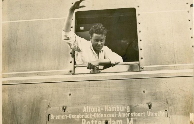 Sjef van Dongen bij zijn terugkomst in Nederland. In pyjama begroet hij de wachtenden op het Maasstation in Rotterdam. (Zeeuws Archief)