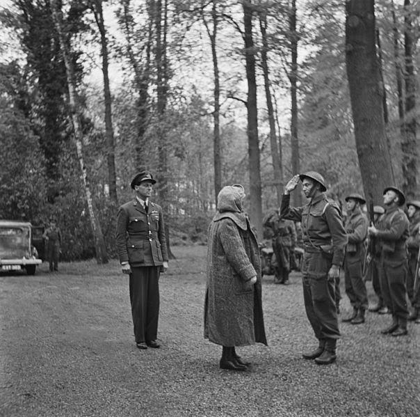 Erik Hazelhoff als adjudant van koningin Wilhelmina in 1945