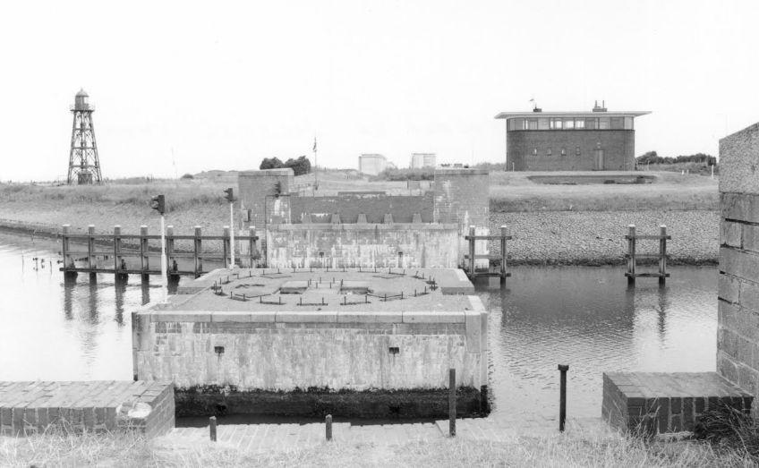 Sommige werken die voor de spoorlijn over de Afsluitdijk werden aangelegd waren  nog jarenlang zichtbaar. Op deze foto uit 1969 zijn de landhoofden en de brugspil voor de   spoorwegbrug in de schutsluit bij Den Oever te zien (foto J.C. de Jongh/NVBS).