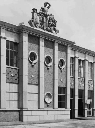 Gevel station Hoek van Holland Haven, ca. 1950 (Rijksvoorlichtingsdienst/Nationaal Archief)
