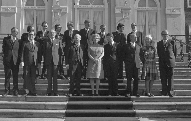 In het kabinet Den Uyl (1973-1977) was Irene Vorrink als Minister van Volksgezondheid en Milieuhygiëne de 'excuustruus', daarna kwamen er minstens twee vrouwen