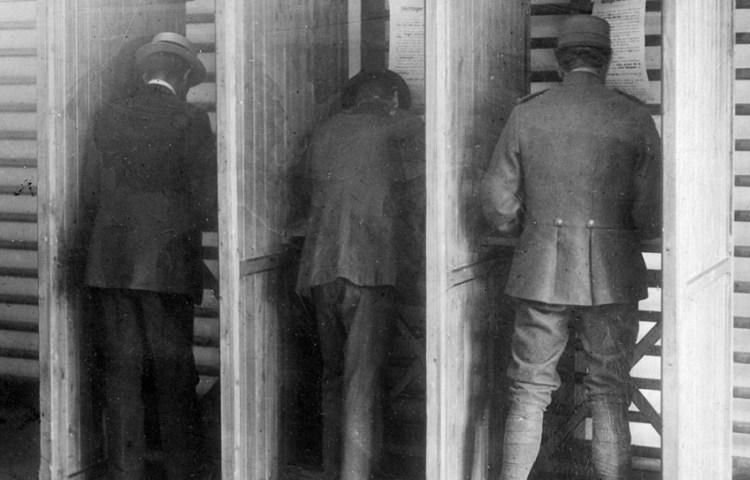 Stemmen tijdens de verkiezingen van 1918 (Cornelis Johan Hofker)