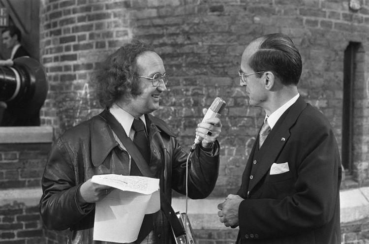 Willem Drees jr. geïnterviewd door IJf Blokker, als Barend Servet (cc - Nationaal Archief - Anefo)