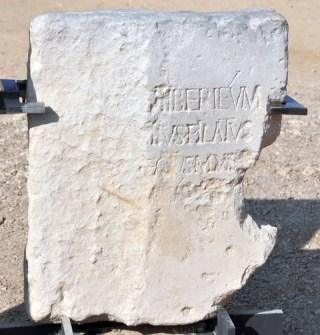 """Moeilijk leesbaar, maar deze beroemde inscriptie uit Caesarea vermeldt in de tweede regel Pontius Pilatus en in de derde regel zijn functie, """"praefectus"""". Het origineel is in het Israel Museum in Jeruzalem; dit is een goede kopie."""