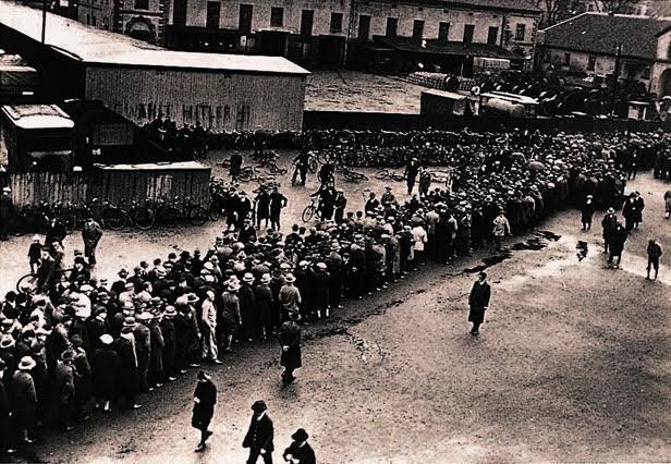 Lange rij werklozen Duitsland jaren 1930. Bron: gcsehistory.org.uk