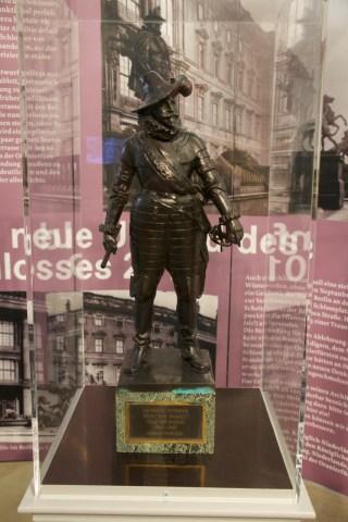 Verkleinde kopie van het standbeeld van Frederik Hendrik. Van dit beeld staat een exemplaar op ware grootte in het park van paleis Het Loo in Apeldoorn.