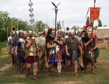 Wie goed kijkt ziet dat de Romeinse soldaten een grote verscheidenheid aan uitrustingstukken dragen. Dat is geen slordigheid van de re-enactors, maar een afspiegeling van de historische werkelijkheid. Het Romeinse leger was veel minder uniform dan wij nu gewend zijn. - © Paul van der Heijden