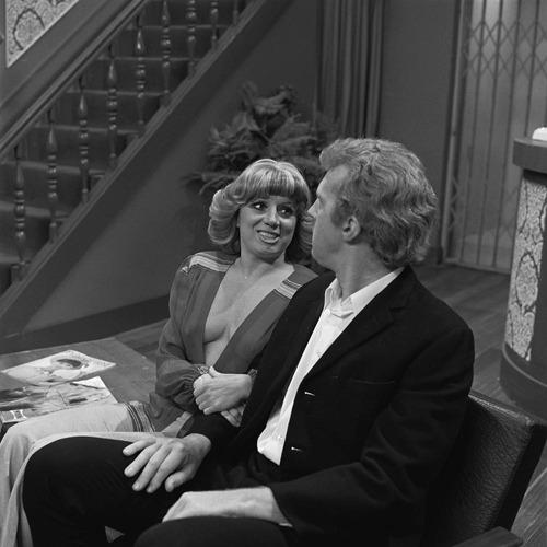 Corry van Gorp en André van Duijn in de tv-serie Hotel de Botel, 1975. Door deze show werd hert woord 'hoteldebotel' in heel Nederland bekend. Bron: Wikimedia.