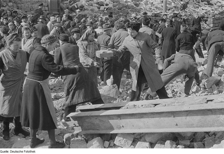 Inwoners van Dresden ruimen puin na het bombardement van 1945 - cc