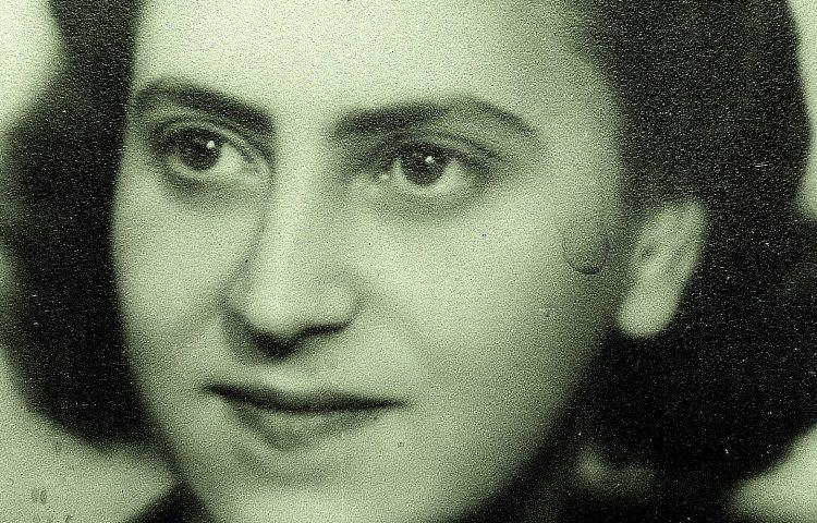 Portret van Thea Hoogensteijn uit 1942 toen ze voor de Duitsers ging werken.