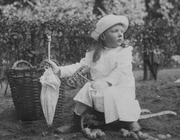 Prinses Juliana in de moestuin, Koninklijke Verzamelingen, Den Haag (klein)