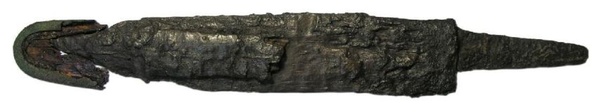 Dankzij de snelle corrosievorming – een zeldzaam voordeel dat zandbodems aan metalen voorwerpen bieden - is deze dolk goed bewaard gebleven en intussen schoongemaakt te bewonderen.
