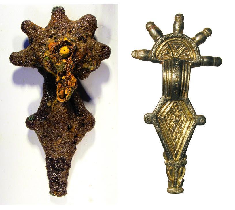 Een beugelfibula voor en na de restauratie. Het metalen voorwerk werd in de loop van de eeuwen bedekt door een dikke laag roest.