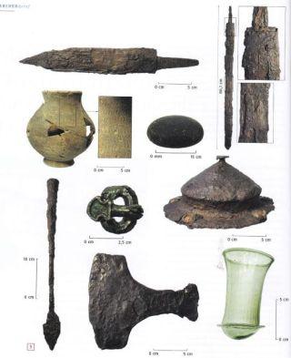 Archeologische vondsten in het mannengraf, o.m.  een zwaard, een dolk, een bijl, een lans en een schild waarvan de knop bewaard is gebleven. (Archeobrief 1, maart 2016)