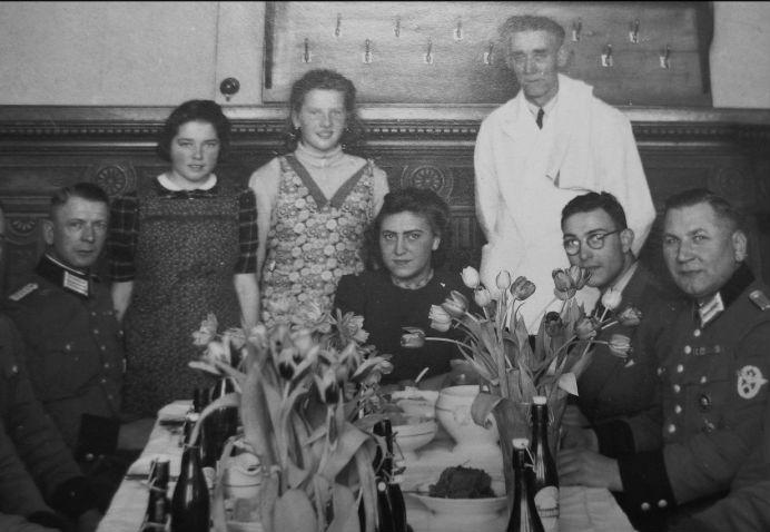 De Haarlemse NSB-fotograaf A. Peperkamp maakte deze foto van Thea in 1944 gezeten tussen leden van de 'Grüne Polizei' in het SD-gebouw aan de Euterpestraat.