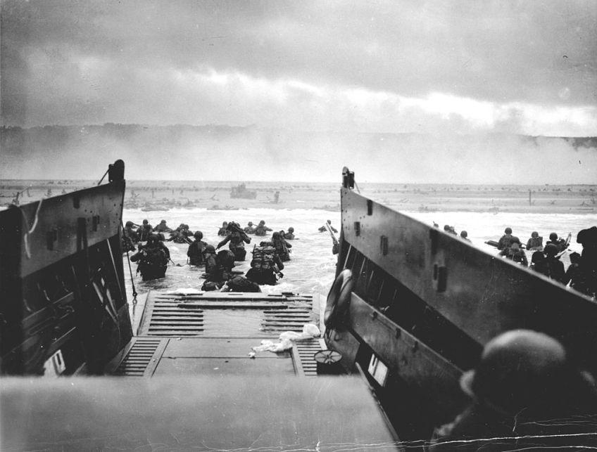 Beroemde foto van D-Day. Amerikaanse soldaten van de USS Samuel Chase verlaten de landingsboot op Omaha Beach op 6 juni 1944
