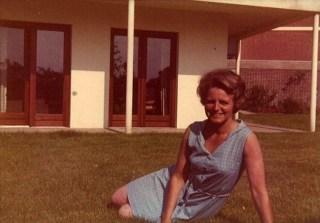 Mijn moeder voor ons huis in 1973
