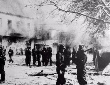 Duitse troepen voor brandende panden in Distomo