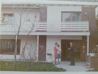 Met kennissen voor ons huis, mijn moeder draagt de blauwe rok.