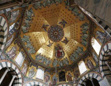 De spectaculaire achthoekige hofkapel in Aken, door Karel de Grote gebouwd naar Byzantijns model en met oogverblindende mozaïeken, is een prachtig voorbeeld van Byzantijnse invloed.