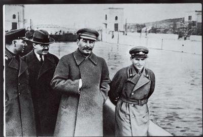 Voroshilov, Molotov, Stalin en Jezjov op een foto uit 1937. Bron: Wikimedia