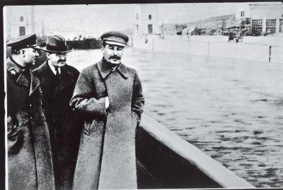 Na de executie van Jezjov werd hij van de afbeelding weggemonteerd. Bron: Wikimedia