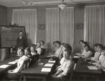 Leerlingen in een klaslokaal, 1916 (Geheugen van Nederland)
