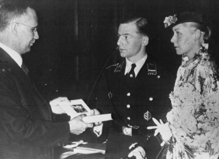 Een getrouwd stel ontvangt een exemplaar van Mein Kampf, 1936
